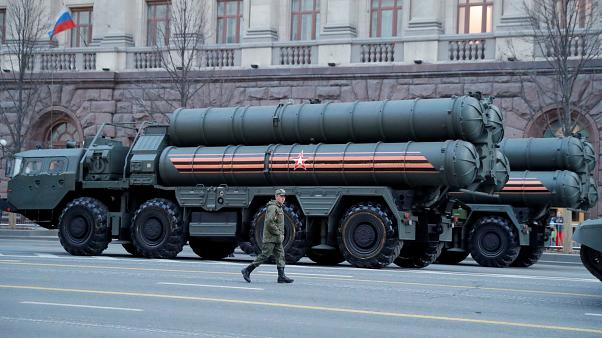 جندي روسي يمر بجوار منظومة الدفاع الروسية إس-400 في وسط موسكو - رويترز.