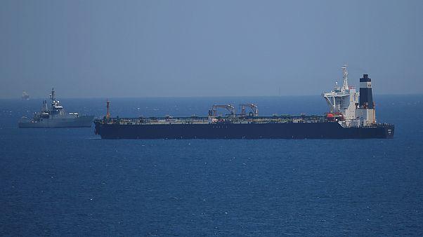 الناقلة العملاقة (جريس 1) وتراقبها سفينة تابعة للبحرية الملكية البريطانية عند جبل طارق يوم الخميس