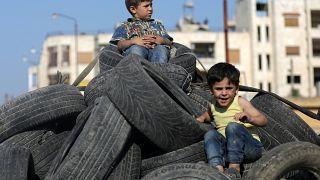 Gyerekek játszanak a szíriai Szalkin városában június 22-én, 2019