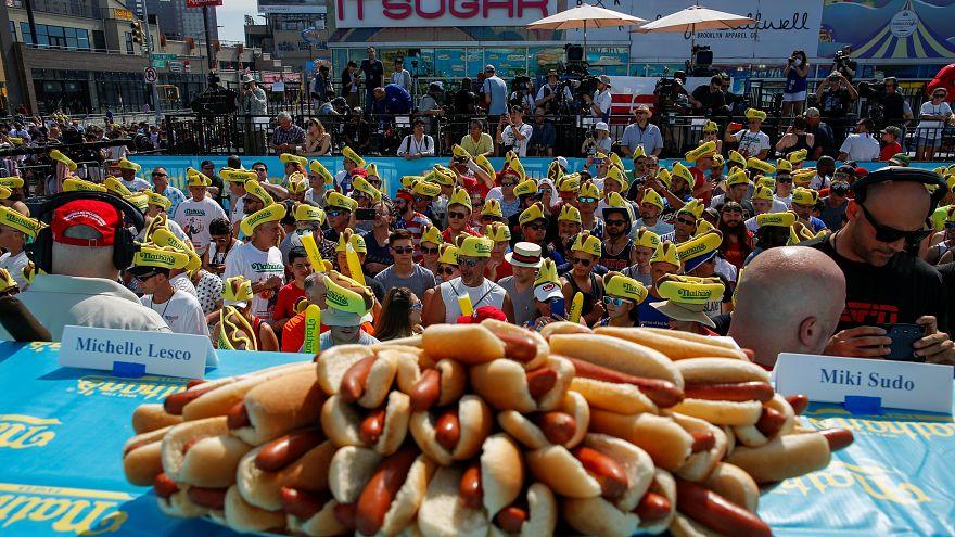 خوردن ۷۱ هاتداگ برای پیروزی در مسابقه هاتداگخوری کافی بود