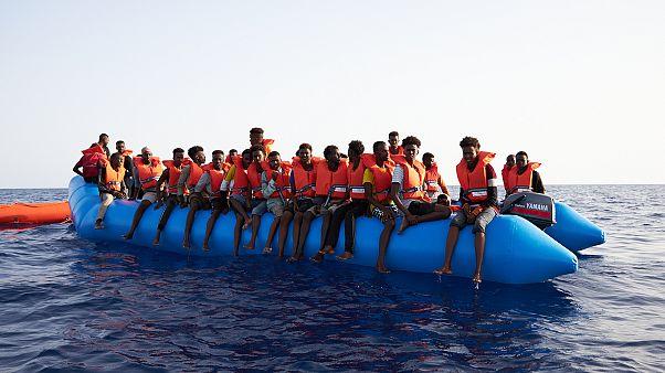 """Migranti, """"Alan Kurdi"""" salva 65 migranti: in rotta verso Lampedusa"""