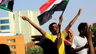سودانيون في الخرطوم يرددون الشعارات بعيد توصل المجلس العسكري والمعارضة إلى اتفاق بتقاسم السلطة