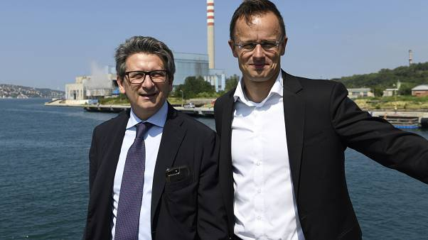 Szijjártó Péter külgazdasági és külügyminiszter és Zeno D'Agostino, a kikötő vezérigazgatója a trieszti kikötőben 2019. július 5-én