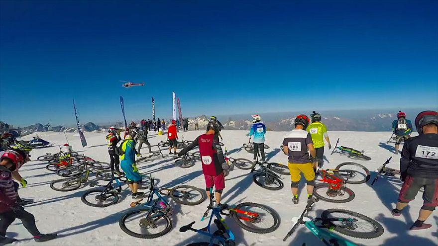ویدئو؛ مسابقه دوچرخه سواری بر سطح یخ زده کوهستان آلپ فرانسه