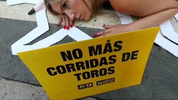 Semidesnudos para protestar contra las corridas toros
