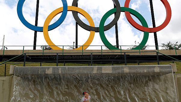 Gyermek pnacsol a riói olimpiai karikák alatt