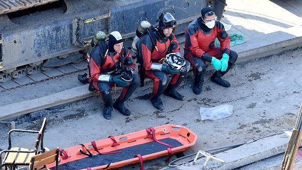 A mentést végző búvárok pihennek a balesetben elsüllyedt Hableány turistahajó kiemelésekor a Margit hídnál 2019. június 11-én.