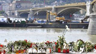 Virágok és mécsesek a balesetben elsüllyedt Hableány turistahajó közelében, a Margit hídnál 2019. június 9-én.