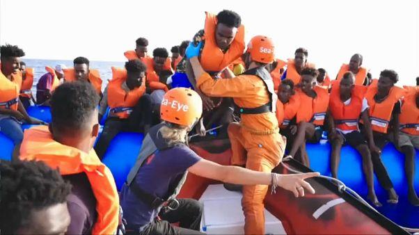 NGO Sea-Eye rettet Mirgranten von einem Schlauchboot