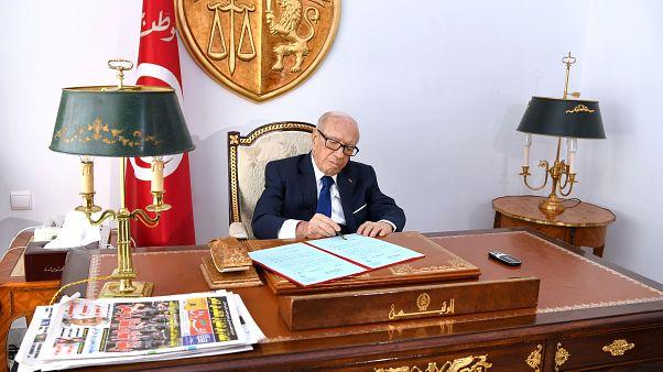الرئيس التونس خلال تواجده بمكتبه اليوم الجمعة