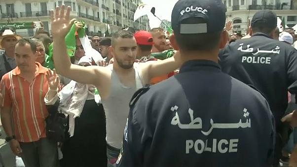 Miles de argelinos en la calle en el 57 aniversario de la independencia
