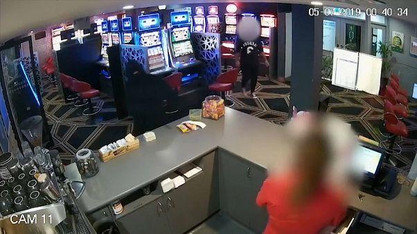 شاهد: لص مسلح بمنجل يحاول سرقة مطعم وزبون يتصدى له بكرسي