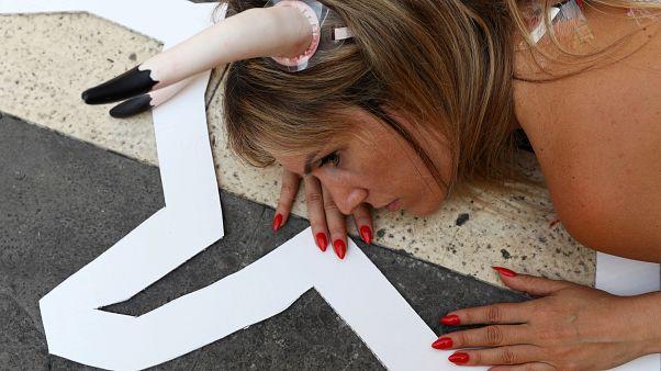 İspanya'da geleneksel boğa festivaline karşı yarı çıplak protesto