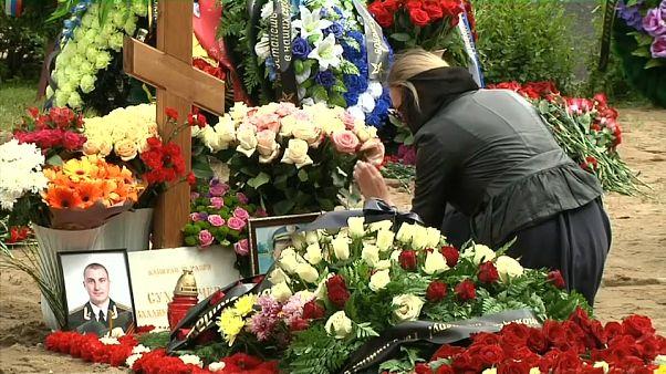 شاهد: جنازة للبحارة ضحايا حريق اندلع في غواصة روسية