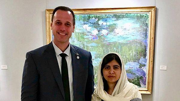 صورة الوزير الكندي بصحبة مالالا يوسف
