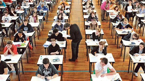 Fransa'da lise bitirme sınavında not polemiği: 30 bin sınav kağıdına geçici not verildi
