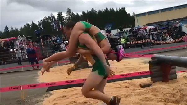 شاهد: أزواج يتنافسون فيما بينهم خلال بطولة العالم لحمل زوجاتهم في فنلندا