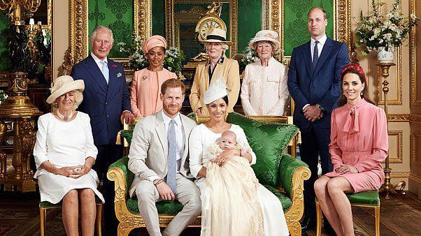 صورة رسمية لأفراد العائلة بعد مراسم تعميد الطفل أرتشي في قلعة وندسور في بريطانيا