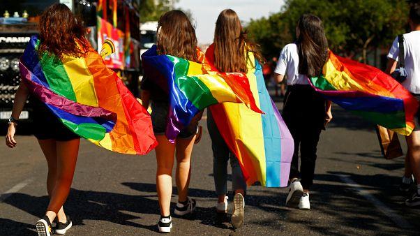 """شاهد: الآلاف يشاركون في مسيرة """"فخر المثليين الجنسيين"""" في مدريد"""