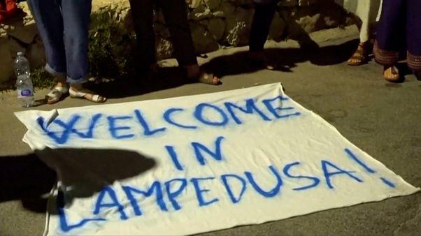 شاهد: نزول مهاجرين من سفينة إنقاذ رست في ميناء لامبيدوسا الإيطالي