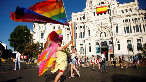 Su Palacio Cibeles, al centro c'è la bandiera spagnola, mentre la bandiera arcobaleno è più laterale e più corta rispetto al passato.