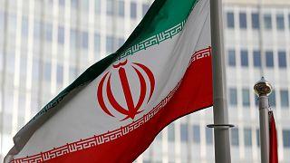 Az iráni zászló a Nemzetközi Atomenergia-ügynökség előtt Bécsben
