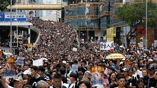 Hong Kong'da binlerce protestocu Çin anakarası ile tren bağlantısını sağlayan istasyonda toplandı