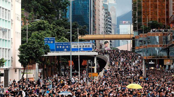Zehntausende Menschen demonstrieren in Hongkong