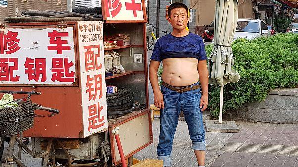 Çin'in bazı kentlerinde erkeklerin sokakta göbeğini açarak gezmesi yasaklandı