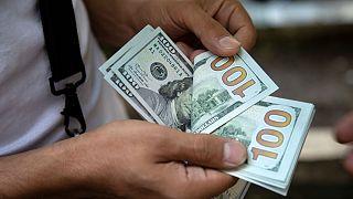نوسان بازار در مهلت ۶۰ روزه؛ کاهش نرخ دلار از ۲ هزارتومان گذشت