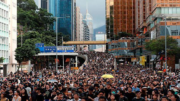 شاهد: مسيرة في حي سياحي بهونغ كونغ لشرح هدف الاحتجاجات للزوار الصينيين