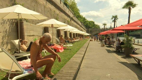 الباريسيون يسترقون ساعة استجمام على ضفاف نهر السان كما لو كانوا على شاطئ البحر