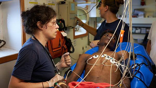Γιατροί και εθελοντές βοηθούν μετανάστες πάνω στο πλοίο Alan Kurdi