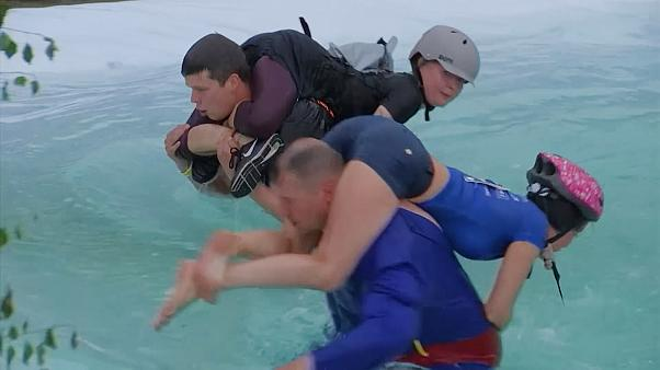 "Casal lituano arrecada título mundial de ""carregar a mulher às costas"""
