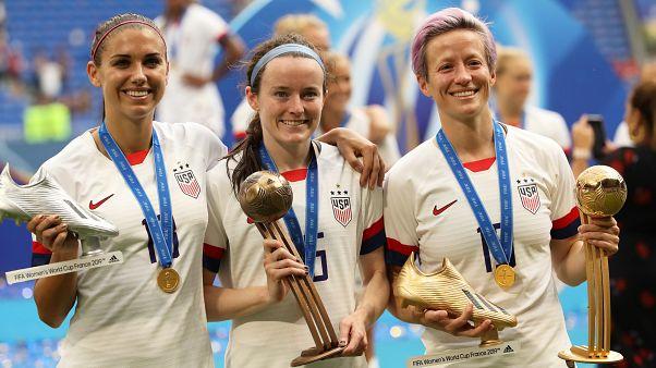 احتفال لاعبات الولايات المتحدة بعد المباراة النهائية