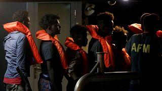مهاجرون ينزلون من سفينة الإنقاذ الألمانية إيلان كردي في فاليتا بمالطا يوم الاحد