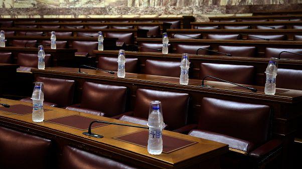 Αδεια έδρανα των βουλευτών των κομμάτων