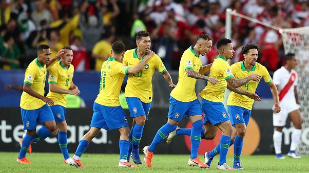 البرازيلي جابرييل جيسوس بعد إحرازه هدف في مرمى بيرو