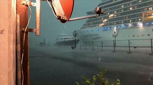 شاهد: كارثة أو كادت.. باخرة سياحية تنجو من حادثة اصطدام محقّق في مياه البندقية