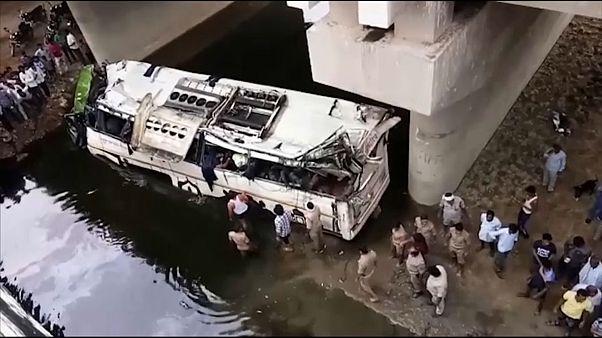 فيديو: عشرات القتلى في حادث انقلاب حافلة شمالي الهند