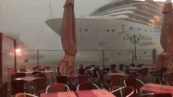 Лайнер едва не врезался в кафе в Венеции