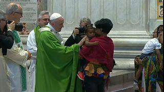 البابا فرانسيس يدعو لمساعدة المهاجرين وينتقد وزير الداخلية الايطالي بشكل غير مباشر