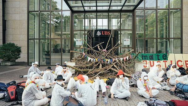 Környezetvédők barikádozták el több svájci bankfiók bejáratát