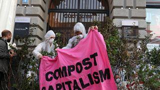 """Klimaaktivisten halten ein Banner: """"Compost Capitalism"""""""