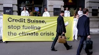 Ativistas do clima protestam contra bancos suíços