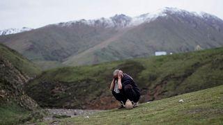 مسلم صيني من قبيلة هوي المسلمة يتوضأ في أحد المعسكرات على جبل في مقاطعة تشينغهاي غرب الصين.حزيران 2019