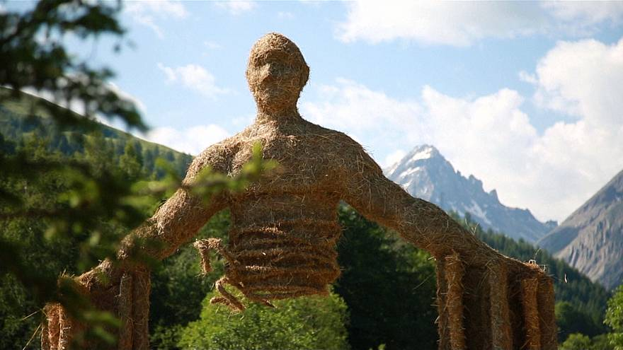 Hay and straw, a challenge for sculptors at contest in French Alps