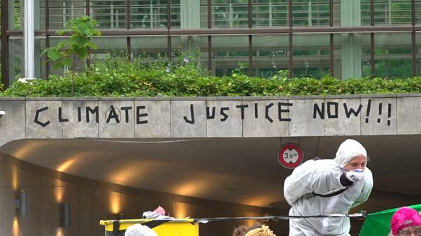 Svizzera: ambientalisti bloccano ingresso a banche
