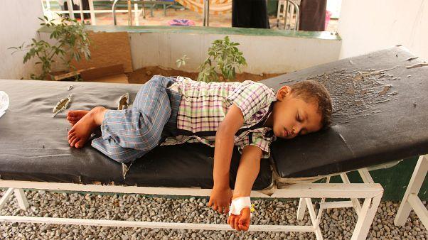 طفل يمني يتلقى العلاج في المستشفى