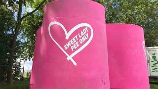 Statt Schlange stehen: Das rosarote Festival-Urinal für Frauen